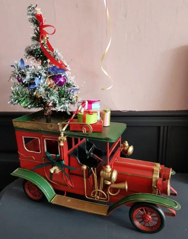 Auto met kerstboom verlichting