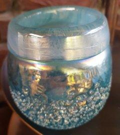 Vaasje van mooi blauw parelmoer glas of windlichtje , mooi te combineren met goud accessoires.