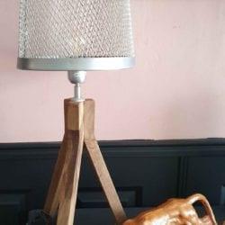 Tafellamp houten drie poot met opengewerkte metalen kap